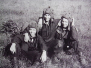 Tankisti zľava Vlado Petrík, Paľko Dudzik, Jožo Goga